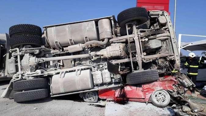 Çakıl yüklü kamyon otomobilin üzerine devrildi: 2 ölü, 1 yaralı
