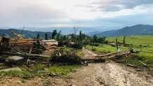 Çatılar uçtu, evler hasar gördü