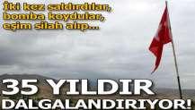 Tehditlere rağmen 35 yıldır Türk bayrağını dalgalandırıyor!